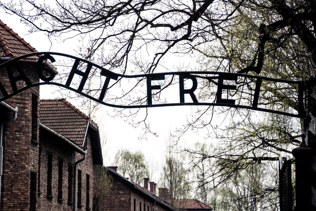 Macabra benvida para quen chegaba a Auschwitz con poucas esperanzas de poder sentir liberdade algunha vez.