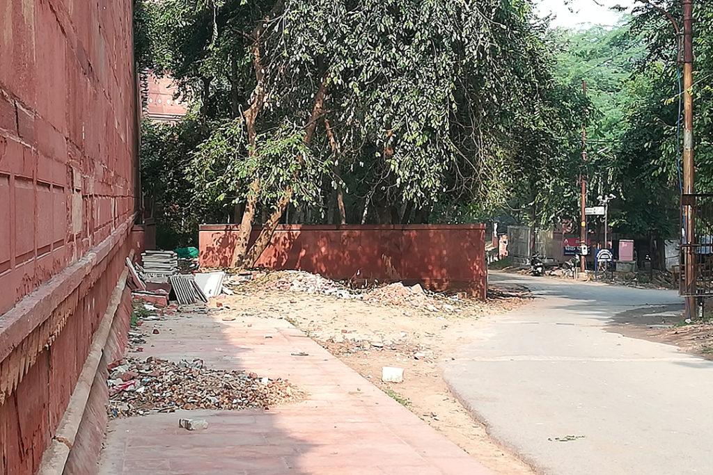FOTO 2: Estado dunha rúa perpendicular á máis turísica, nun estado de conservación precario