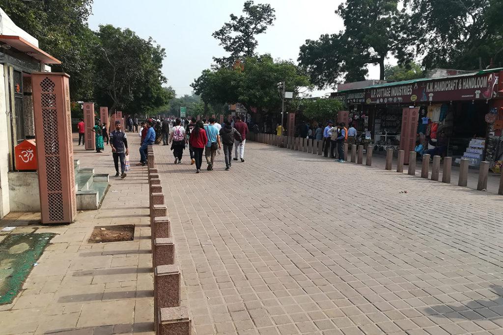 FOTO 1: vista da Rúa Porta Este do Taj, que leva desde o aparcadoiro turístico á porta do monumento